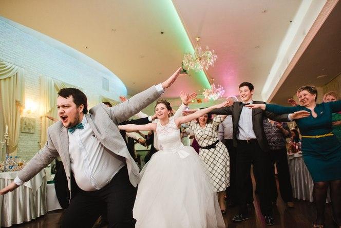 ведущий танцует на свадьбе фото
